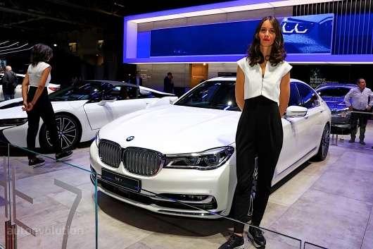 Найкрасивіші дівчата на автосалоні в Парижі 2018 року