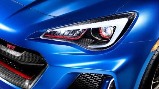 Новий тренд автовиробників: все більше фар стають різнобарвними