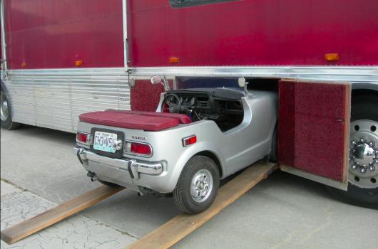 На eBay продається автобус з паркувальним місцем для автомобіля Honda