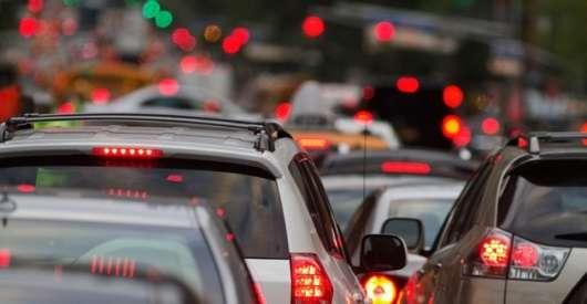 Офіційно: їзда щільно тільки уповільнює трафік, створюючи пробки фантомні