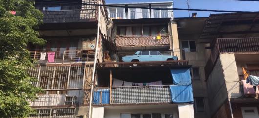 Як в Тбілісі на балконі 27 років простояли «Жигулі»