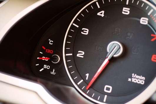 Чому деякі тахометри вказують обороти двигуна в форматі Х100, а деякі в Х1000?