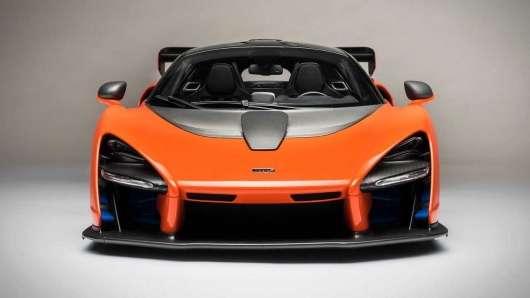 Масштабні моделі автомобілів 1:8, які стоять як справжні машини