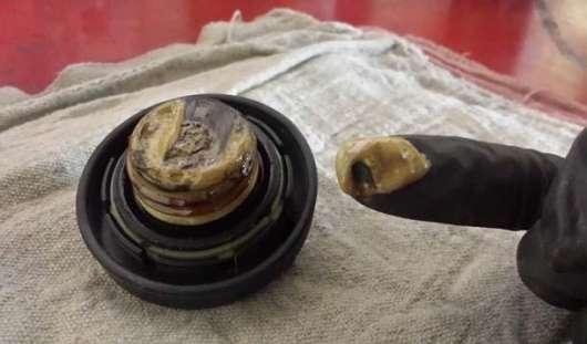 Моторне масло: про що говорить його колір?