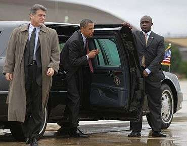 Навіщо охорона Путіна тримає двері автомобіля?