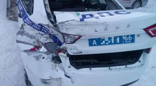 Поліцейський ледве врятувався від некерованого вантажівки в заметі: відео
