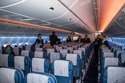 Приховане значення трикутних наклейок над сидіннями в салоні літака