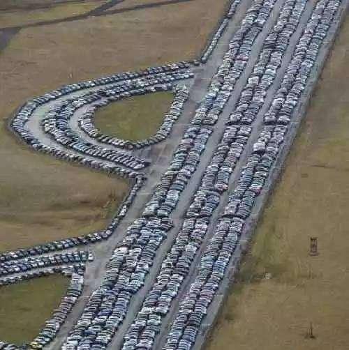 Ви не повірите: у світі є тисячі автомобільних «кладовищ», де стоять нікому не потрібні нові автомобілі