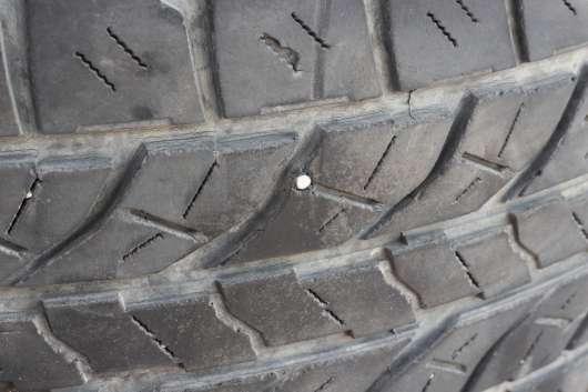 Як довго можна їздити з цвяхом в шині?